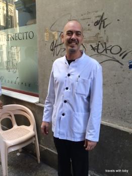 Casa Aranda camarero extraoridnaire y feliz